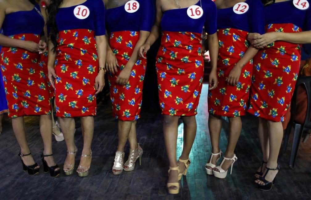 Mulheres trans nepalesas se preparam para participar do concurso Miss Pink, em Kathmandu, no Nepal. O concurso foi organizado para marcar o Dia Internacional contra a Homofobia, Transfobia e Bifobia (Foto: Niranjan Shrestha/AP)