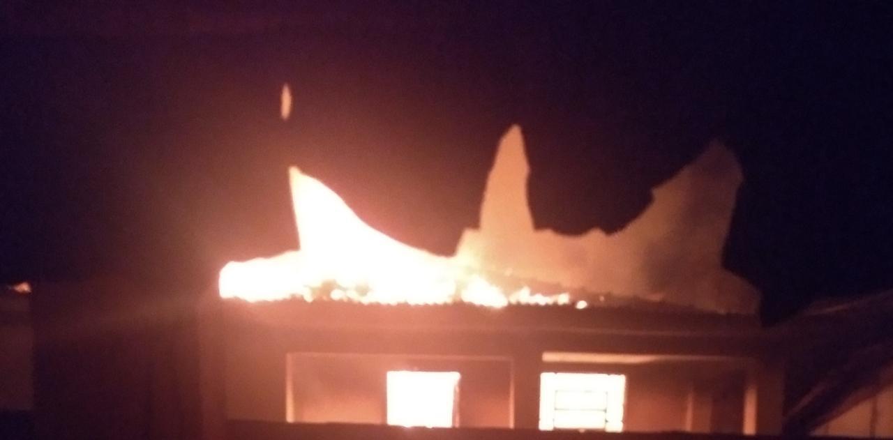 Mulher é presa suspeita de colocar fogo na casa do namorado em Borborema  - Notícias - Plantão Diário