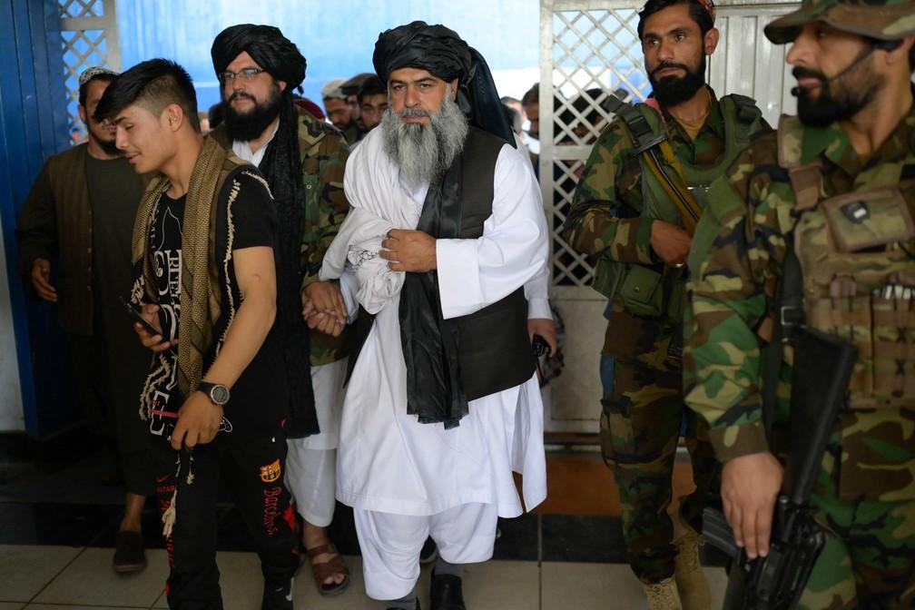 Diretor de esportes do Talibã no Afeganistão, Bashir Ahmad Rustamzai, chega a um escritório em Cabul nesta terça-feira (14) — Foto: Bulent Kilic/AFP