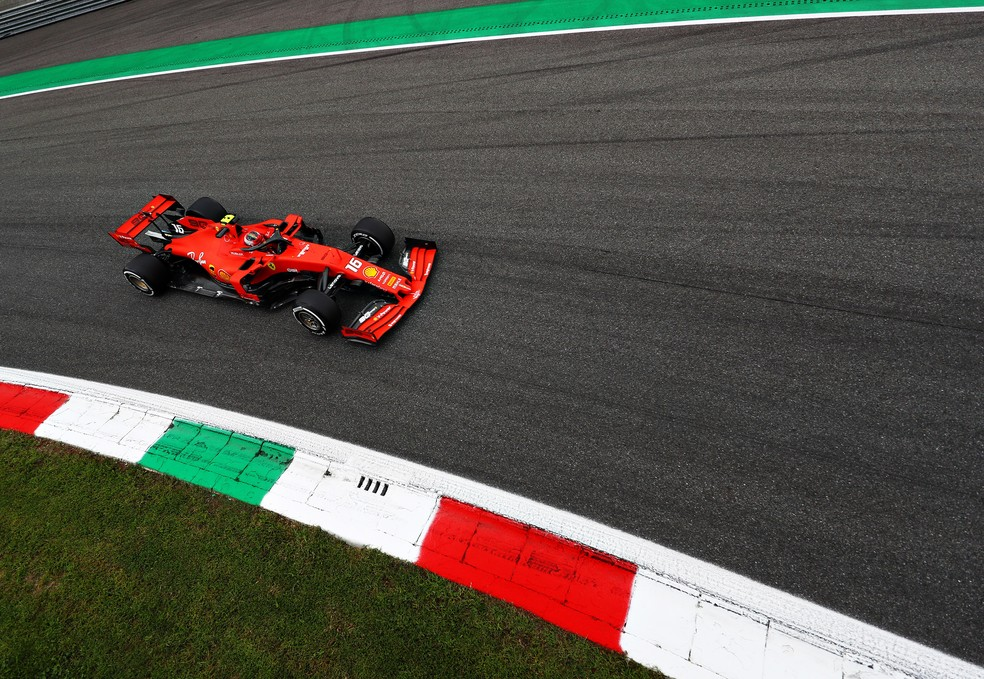 Charles Leclerc acelera Ferrari durante o treino livre em Monza — Foto: Getty Images