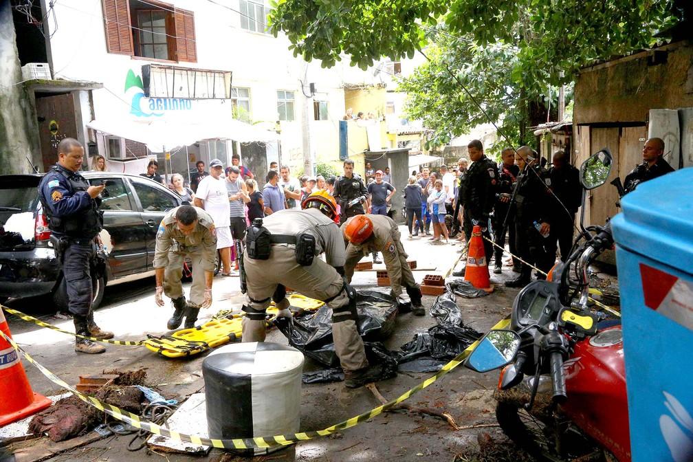 Bombeiros removem corpo de vítima da chuva no Morro do Vidigal, na zona sul do Rio de Janeiro — Foto: Raphael Urjais/Photopress/Estadão Conteúdo