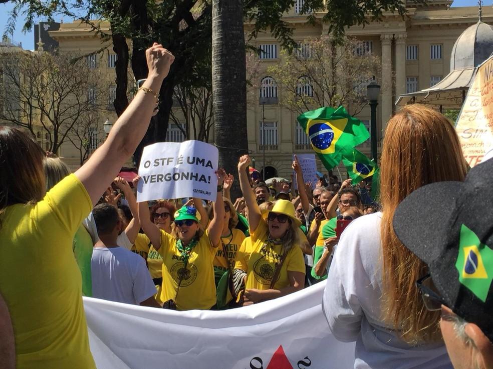 'O STF é uma vergonha', diz cartaz de um dos manifestantes — Foto: Flávia Cristini / TV Globo