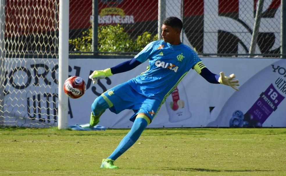 Goleiro cearense Dyogo Alves foi levado para o hospital após ficar ferido durante incêndio  — Foto: Reprodução/Flamengo