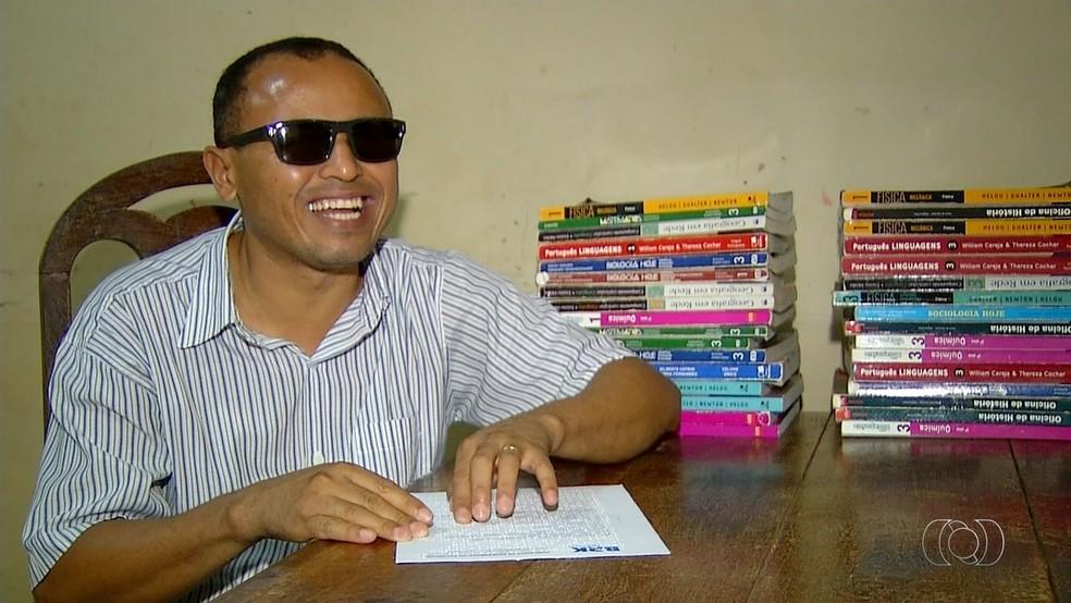 Professor comemora uso de braille nas contas de luz e água (Foto: Reprodução/TV Anhanguera)