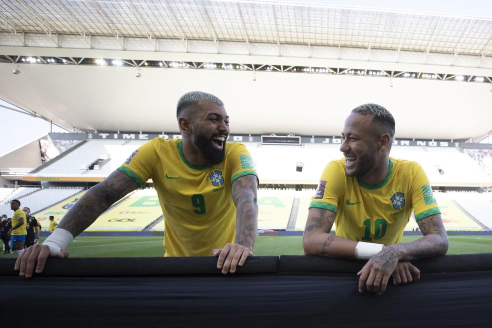 Gabigol e Neymar, sorridentes, após suspensão de Brasil x Argentina — Foto: Lucas Figueiredo / CBF