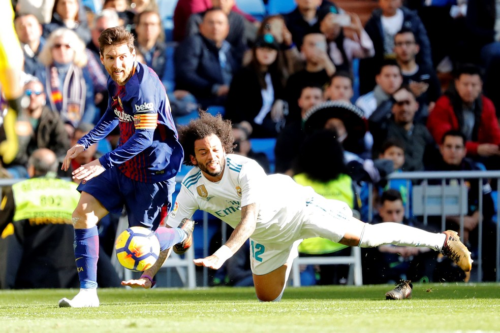 Messi passa por Marcelo mesmo sem a chuteira (Foto: EFE)