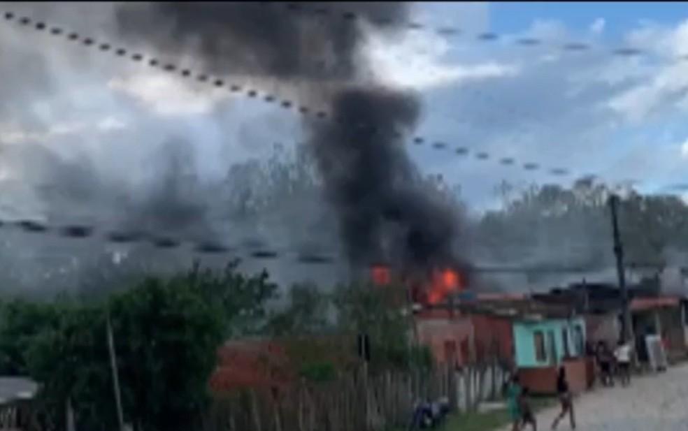 Incêndio atinge casa em Camacan, no sul da Bahia; veja imagens — Foto: Reprodução/TV Santa Cruz