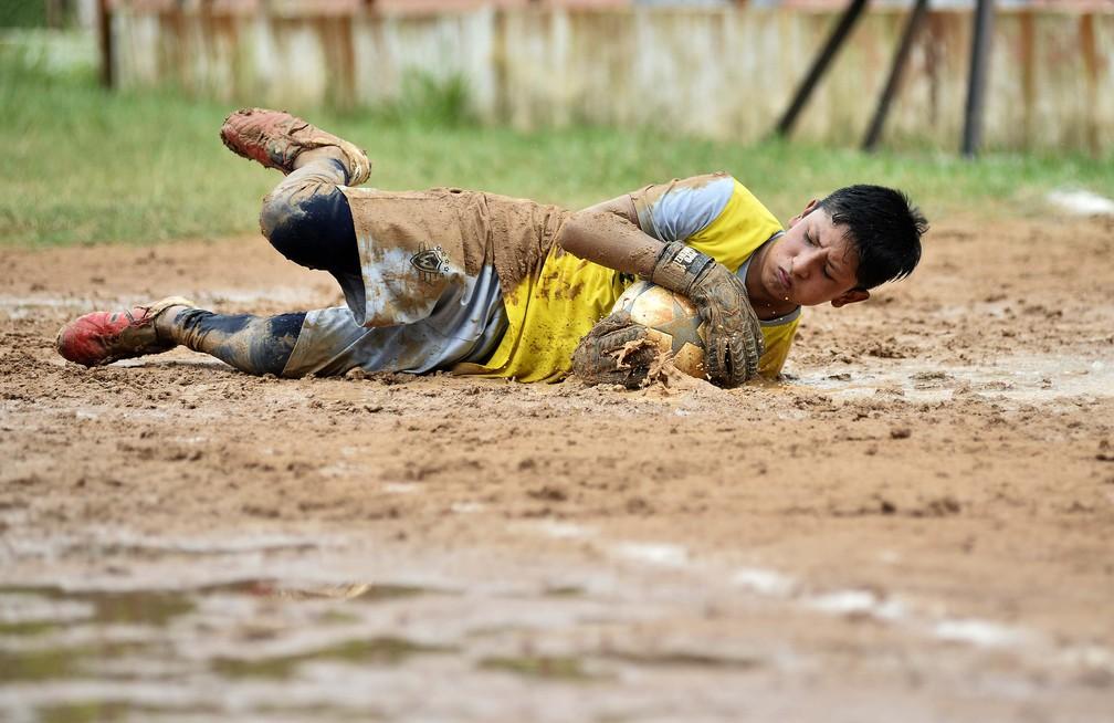Em meio à lama, Joaquin também agarra um sonho: em um novo país, quer virar goleiro, como o ídolo que deixou na Bolívia — Foto: Marcos Ribolli