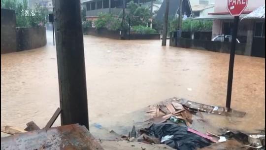 Ruas ficam alagadas em Venda Nova do Imigrante, ES, após forte chuva