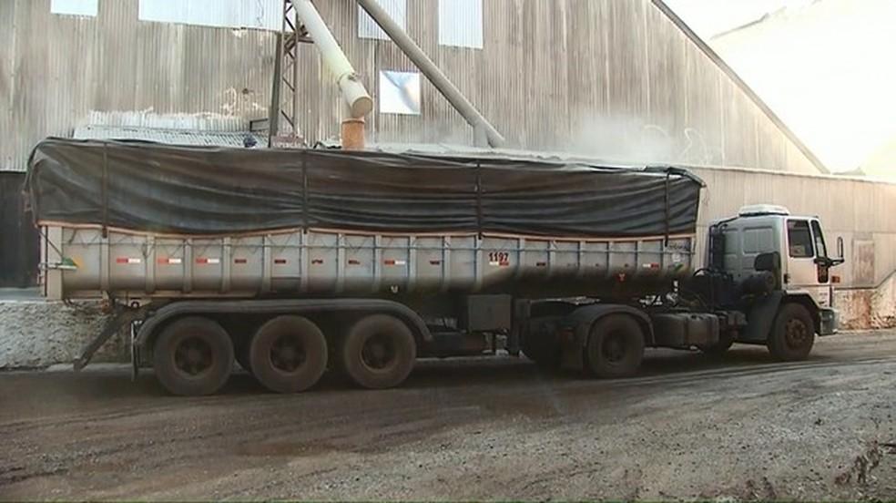 Falta de transporte pra escoar produção até o Porto acumula grãos nos armazéns do Paraná (Foto: Reprodução/RPC)