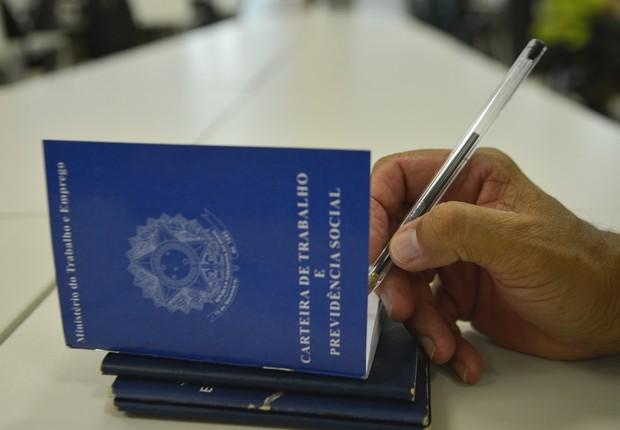 Carteira de trabalho ; emprego ; desemprego ; direitos do trabalhador ; seguro-desemprego ; criação de vagas de trabalho ;  (Foto: Arquivo/Agência Brasil)