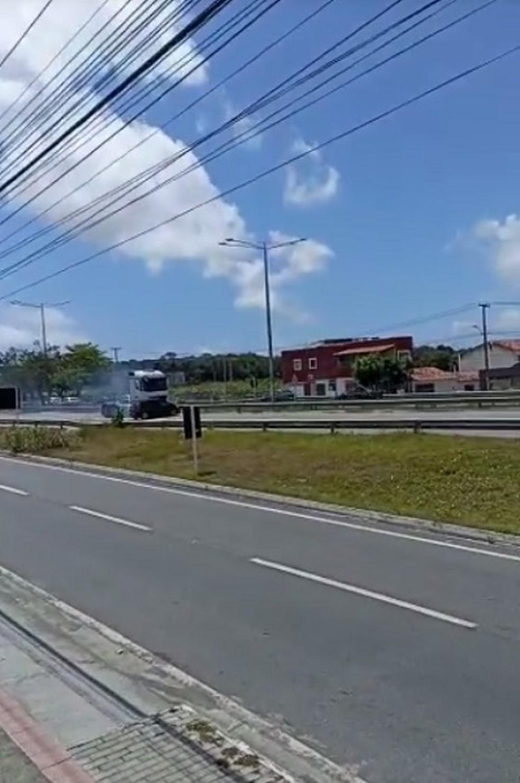 Vídeo mostra carreta arrastando carro na Grande Natal — Foto: Reprodução