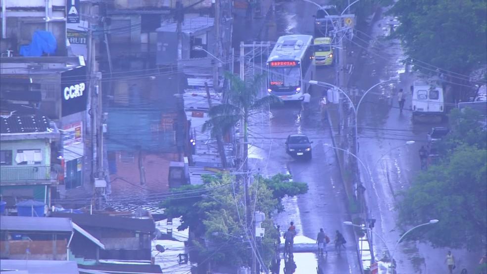 Vias na Zona Oeste do Rio ainda estão inundadas — Foto: Reprodução/TV Globo