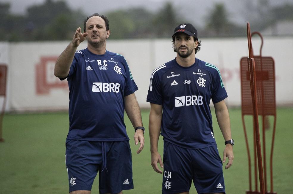 Rogério Ceni e seu auxiliar Charles Hembert no treino — Foto: Alexandre Vidal/Flamengo