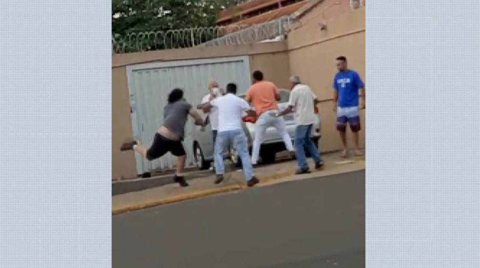 Vereador é preso em flagrante ao agredir fiscal durante entrevista em delegacia de Cajuru, SP — Foto: EPTV/Reprodução