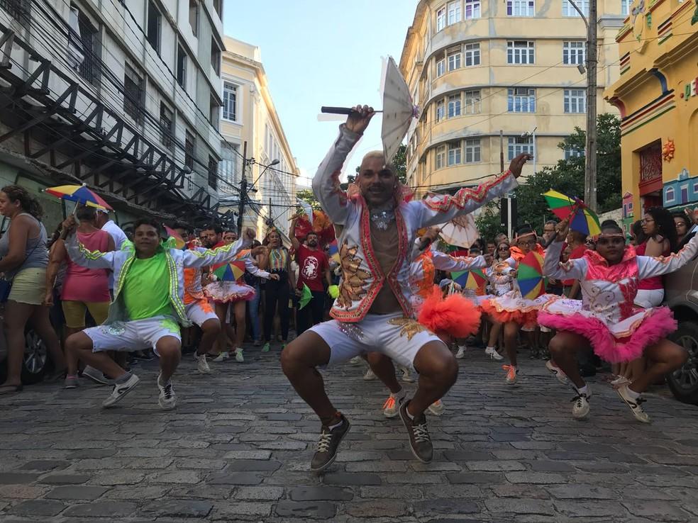 Arrastão do Frevo arrasta foliões pelas ruas do Bairro do Recife (Foto: Thays Estarque/G1)