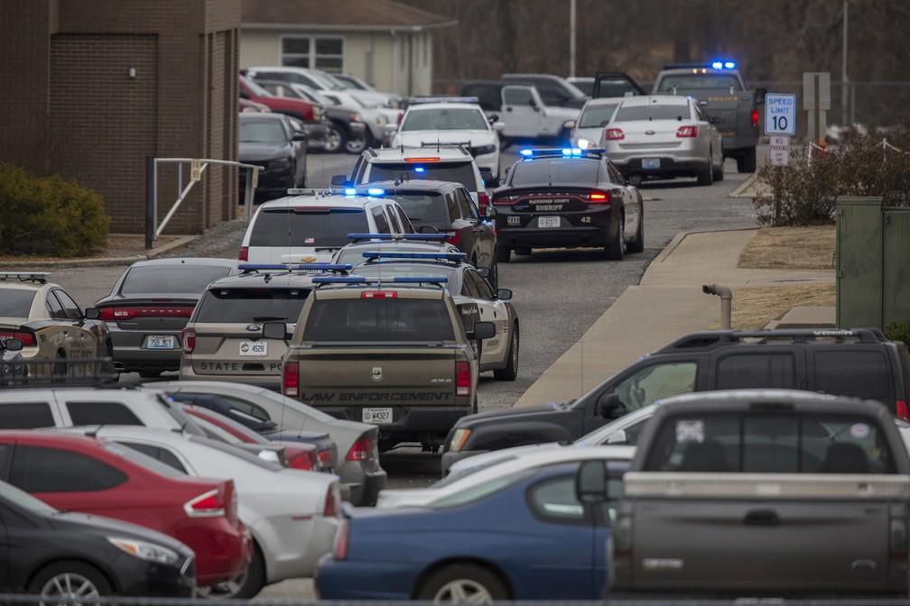 Polícia vai a escola em que houve um tiroteio nesta terça-feira (23) no Kentucky, nos EUA (Foto: Ryan Hermens/The Paducah Sun via AP)
