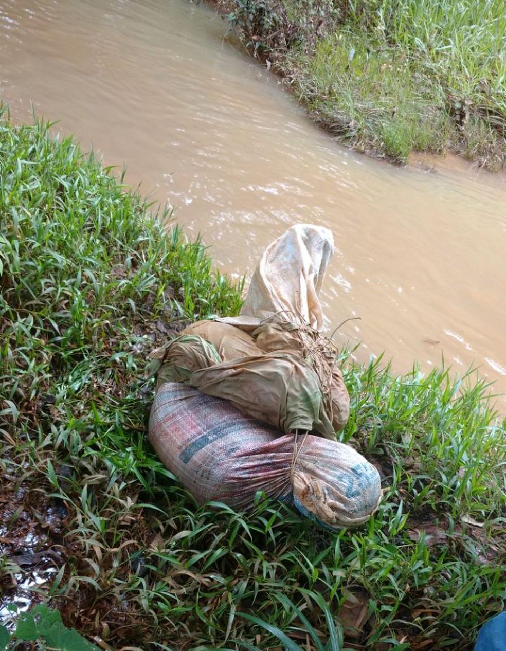 Vítima foi achada com pescoço cortado dentro de saco (Foto: WhatsApp/Reprodução)