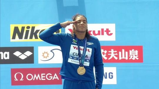 """Mar mexido, menos pancadas e sprint rápido: """"Tudo perfeito"""", diz Ana Marcela sobre o ouro nos 5km"""