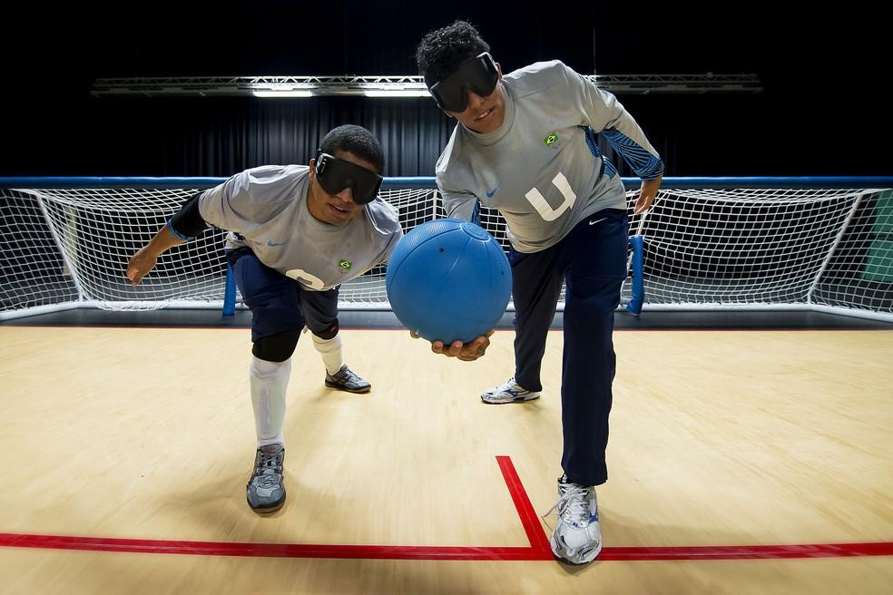 Leomon (com a bola) com o irmão Leandro, em treino da seleção — Foto: Buda Mendes / CPB