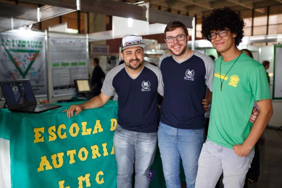 Professores: André Ximenes e Lauro Rosa ao lado do aluno Matheus Jara apresentam o protótipo (Foto: André Ximenes/Arquivo Pessoal)