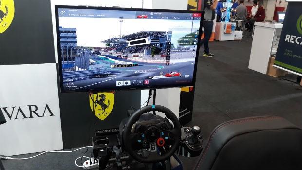 Simulador da Ferrari no Salão do Automóvel de SP 2018 (Foto: Maria Clara Dias/ Autoesporte)