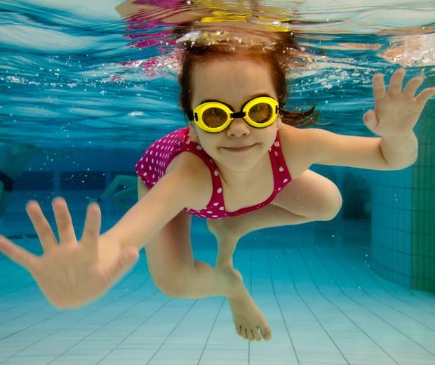 Criança nadando em piscina  (Foto: Shutterstock)