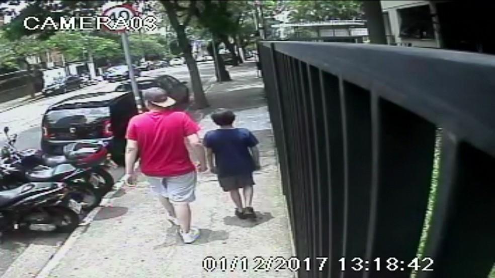 Ladrão leva menino para assaltar prédio em Moema (Foto: TV Globo/Reprodução)