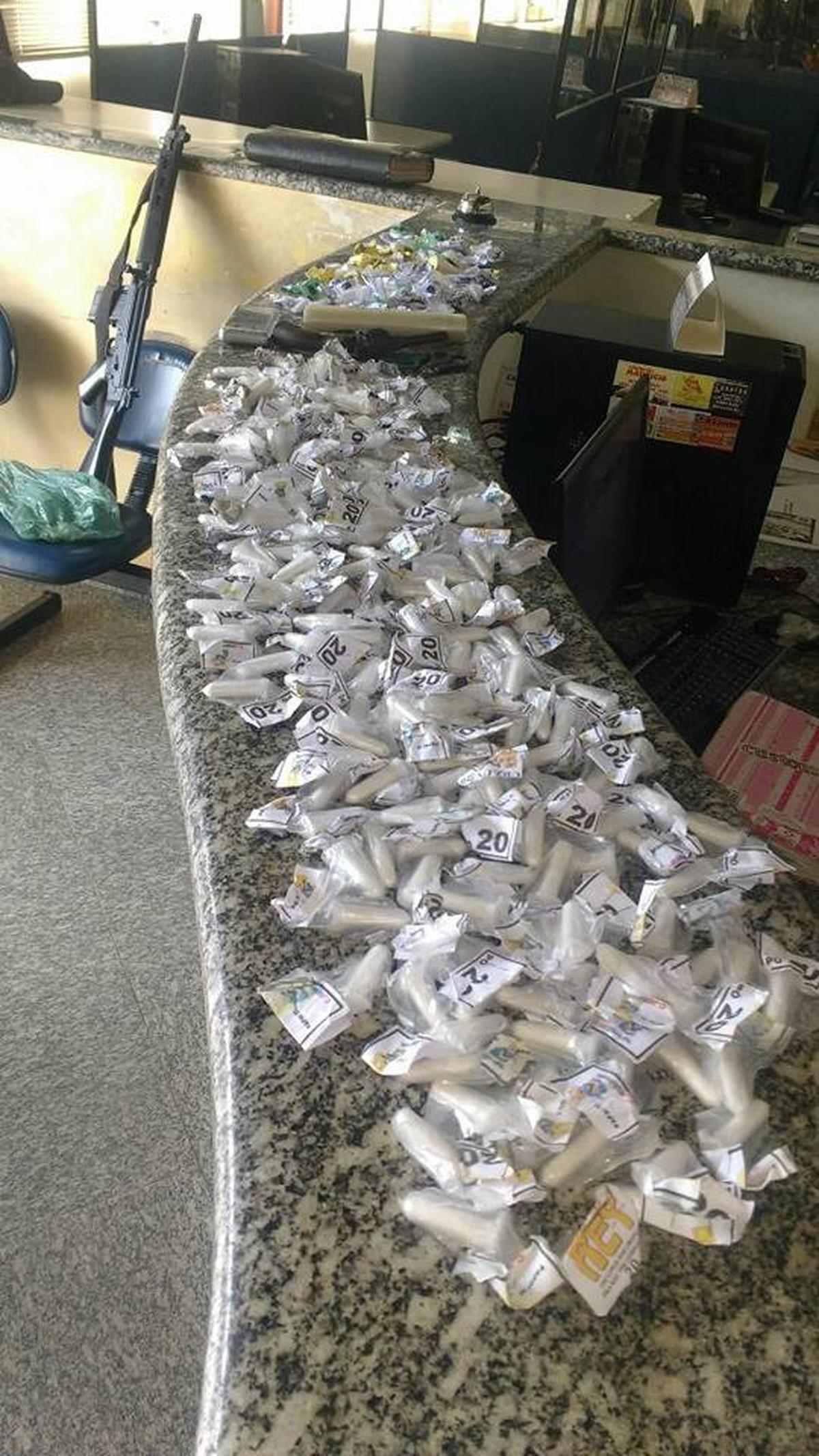 PM apreende 300 pinos de cocaína e uma arma em Miracema, no RJ