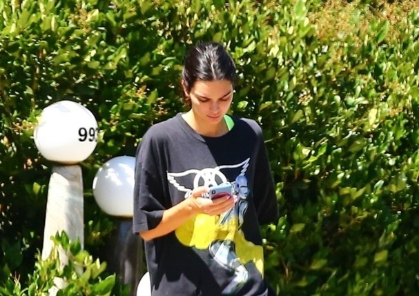 beverly hills, ca - *EXCLUSIVE* - Its a no-makeup (or pants) kind of day for model and reality star, Kendall Jenner. The supermodel dons a make-up free face while stepping out in Beverly Hills. Kendall rocks an oversized Aerosmith X Soroyama rock tee pa (Foto: Vasquez-Max Lopes-CPR / BACKGRID)