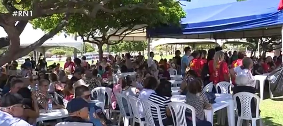 Servidores estaduais do Rio Grande do Norte fazem protesto por conta de atrasos nos salários em Natal, na terça-feira (27) — Foto: Reprodução/Inter TV Cabugi