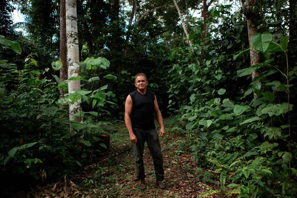 João Batista Ferreira, mais conhecido como João do Mel, em seu terreno em Belterra, no Pará — Foto: Marcelo Brandt/G1