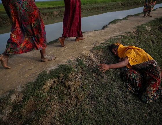 Uma mulher suplica por ajuda na cidade de Cox's Bazar, em Bangladesh (Foto: FOTÓGRAFOS/REUTERS)