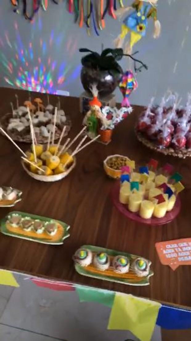 Mesa de comida do aniversário de Camila Queiroz (Foto: Reprodução/Instagram)