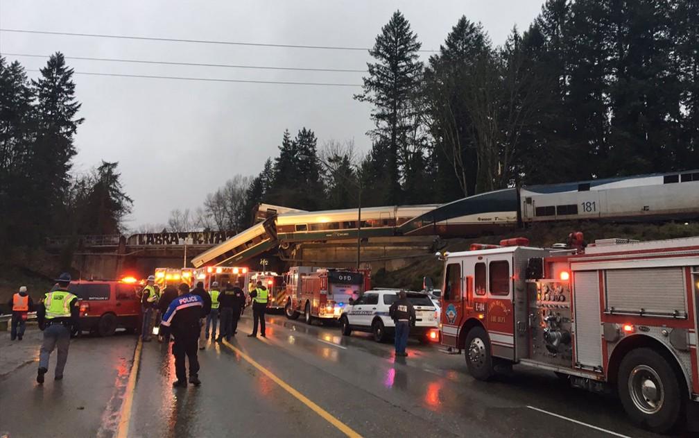 Trem descarrila em viaduto dos Estados Unidos (Foto: Reprodução/ Twitter/ Trooper Brooke Bova)