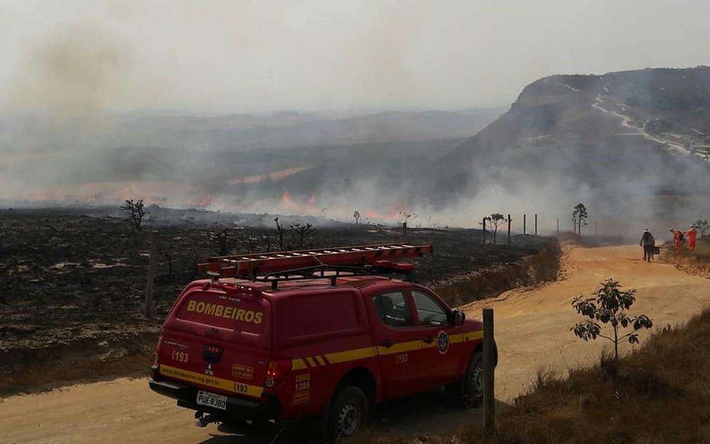 Incêndio de grandes proporções atinge há 6 dias pontos turísticos e queima 3 mil hectares em Carrancas, MG — Foto: Corpo de Bombeiros
