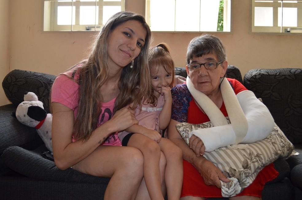 Glaucia com as duas 'filhas': Emilly, de 3 anos, e Cotinha de 65. (Foto: Fabiana Assis/G1)