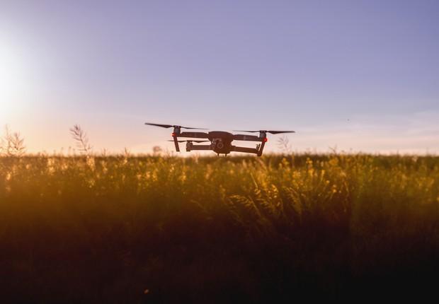 Drone sobrevoa plantação ; agronegócio ; agrotech ; agtech (Foto: Pexels)