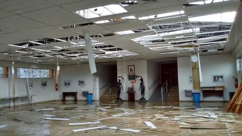 Cobertura de uma universidade de Marília ficou danificada (Foto: Arquivo Pessoal)
