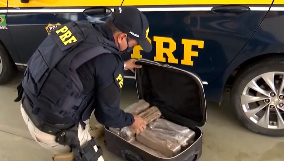 Jovem é presa após ser flagrada com 26 kg de maconha em mala dentro de ônibus na BR-116, na BA  — Foto: Reprodução/TV Sudoeste