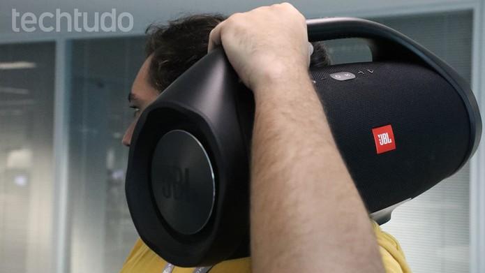 JBL Boombox remete às caixas dos anos 80, carregadas nos ombros (Foto: Marlon Câmara/TechTudo)