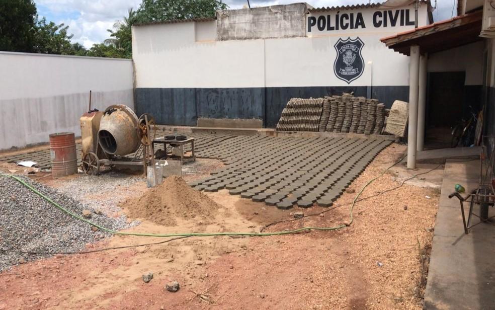 Mudanças começaram já do lado de fora da delegacia, onde foi construído um estacionamento — Foto: Divulgação/Polícia Civil