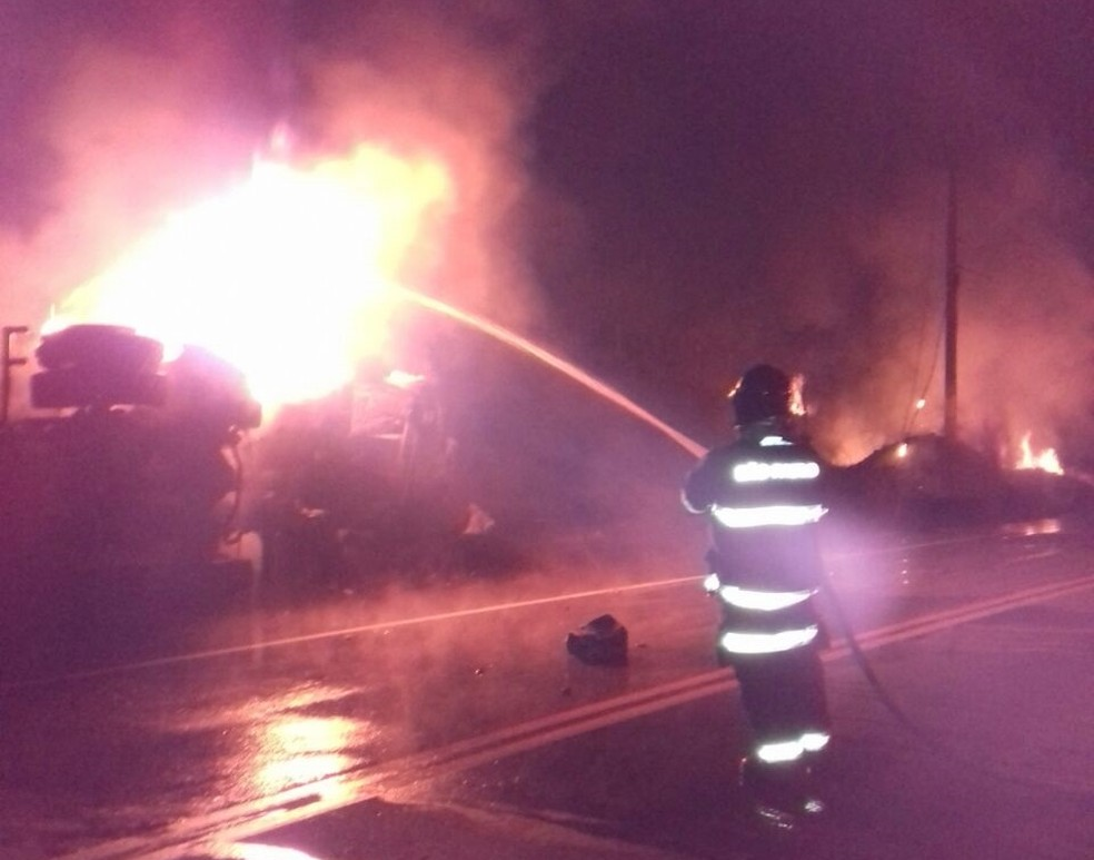 Bombeiros foram acionados para conter as chamas em caminhão  (Foto: Divulgação/Corpo de Bombeiros)