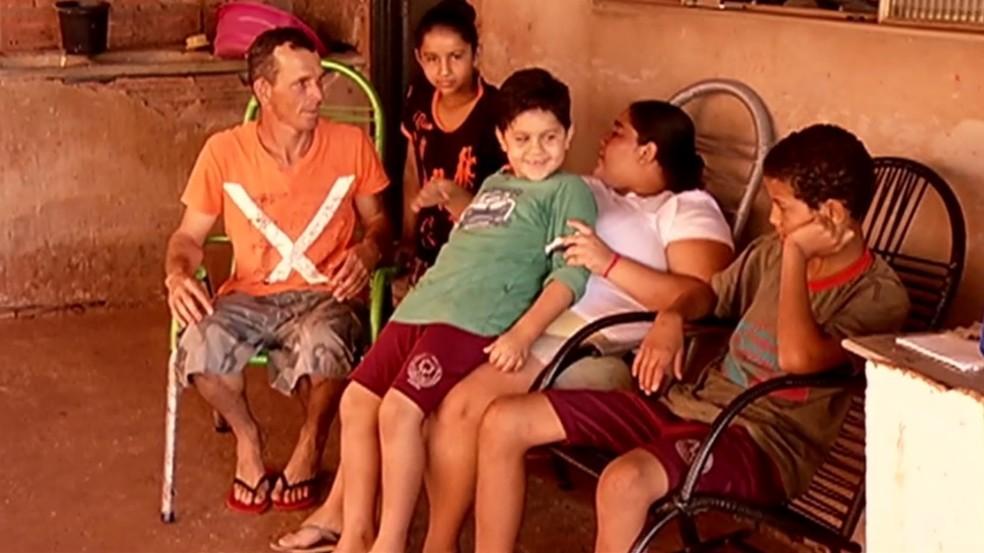 Atitude do menino em doar o ovo de galinha acabou também resultando em ajuda para a família dele — Foto: Reprodução/TV Anhanguera