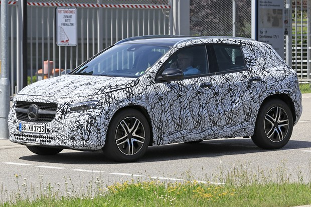 Mercedes-Benz GLA de segunda geração foi flagrado em Stuttgart (Foto: AutoMedia/Autoesporte)