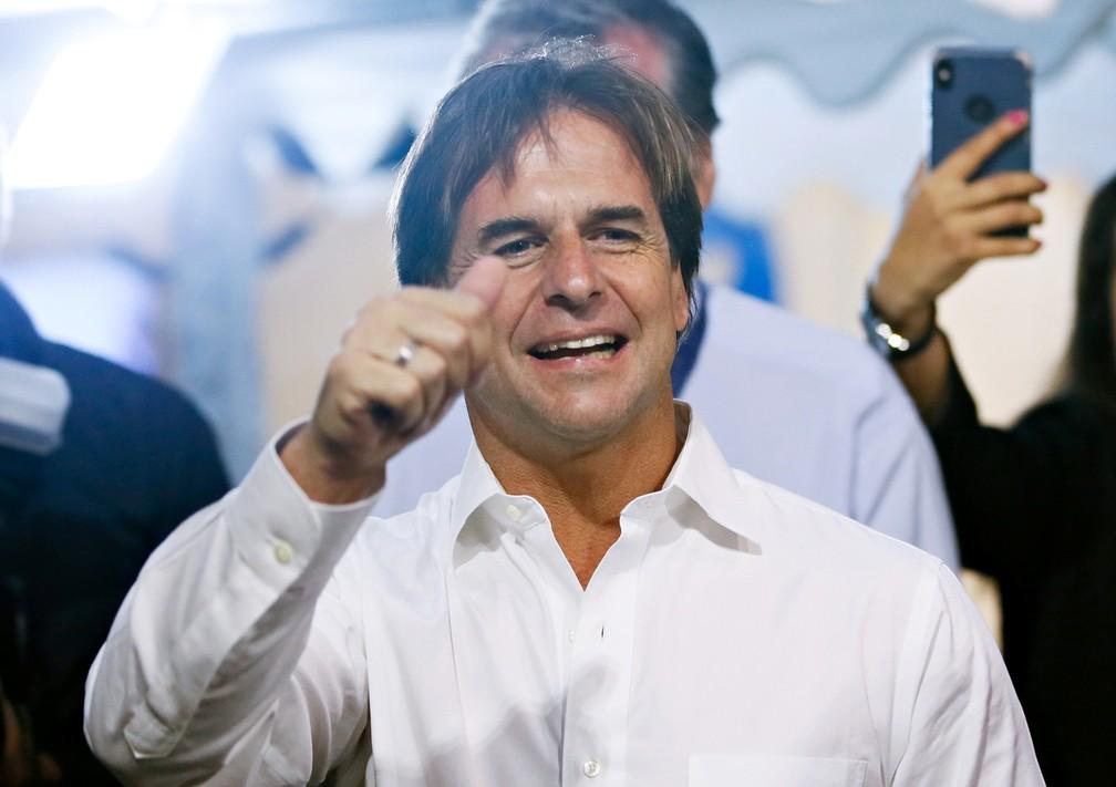 Luis Lacalle Pou, candidato do Partido Nacional, acena a correligionários enquanto espera resultado do segundo turno das eleições presidenciais do Uruguai neste domingo (24) — Foto: Mariana Greif/Reuters