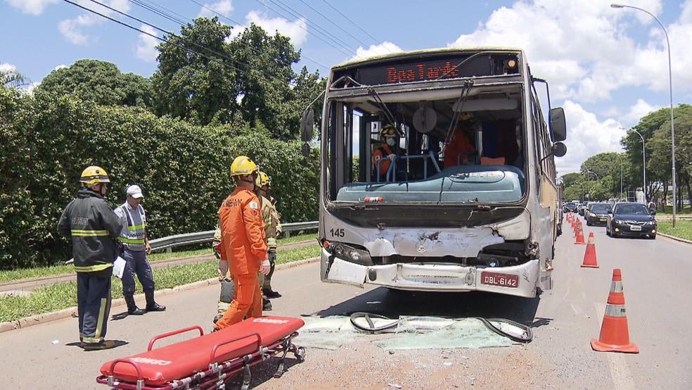 Bombeiros resgatam vítimas de acidente no Lago Sul, em Brasília — Foto: TV Globo/Reprodução