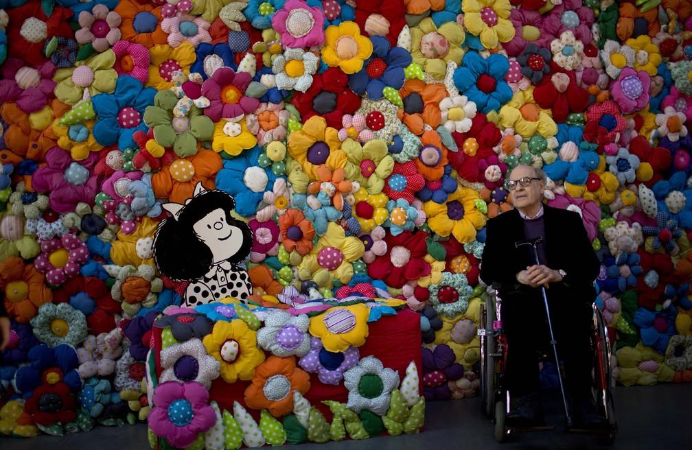 Nesta foto de arquivo de 15 de setembro de 2014, o cartunista argentino Joaquín Salvador Lavado, também conhecido como Quino, posa ao lado de sua personagem Mafalda na exposição 'O Mundo Segundo Mafalda', em Buenos Aires, na Argentina — Foto: Natacha Pisarenko/AP/Arquivo