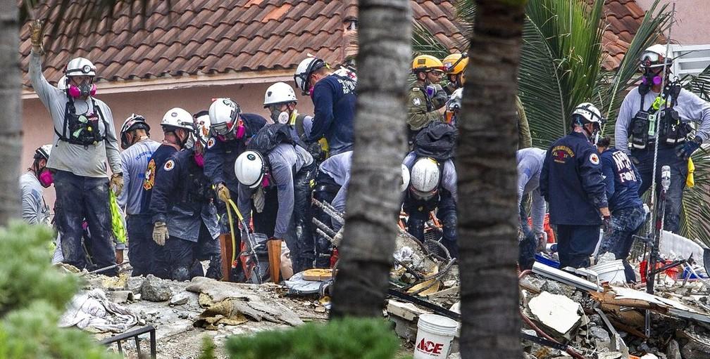 Equipes de resgate vasculham os destroços de prédio que desabou na Flórida em foto de 1º de julho de 2021 — Foto: Pedro Portal/Miami Herald via AP