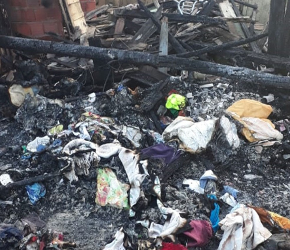 Casas ficam destruídas após incêndio na cidade de Pau Brasil, no sul da Bahia — Foto: Arquivo Pessoal
